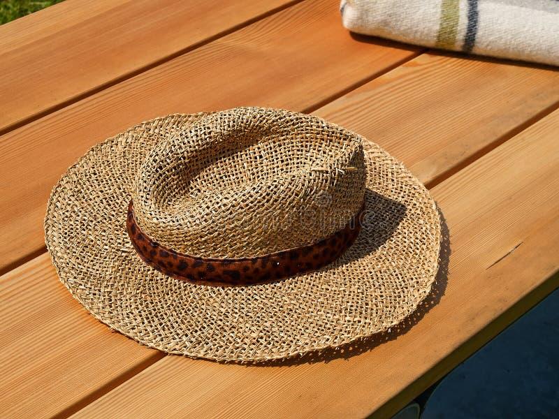 Sombrero de paja tradicional del verano foto de archivo libre de regalías