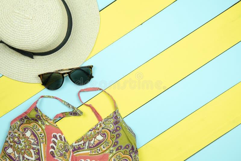 Sombrero de paja, vidrios de sol, vestido del verano en w amarillo y verde claro fotos de archivo libres de regalías