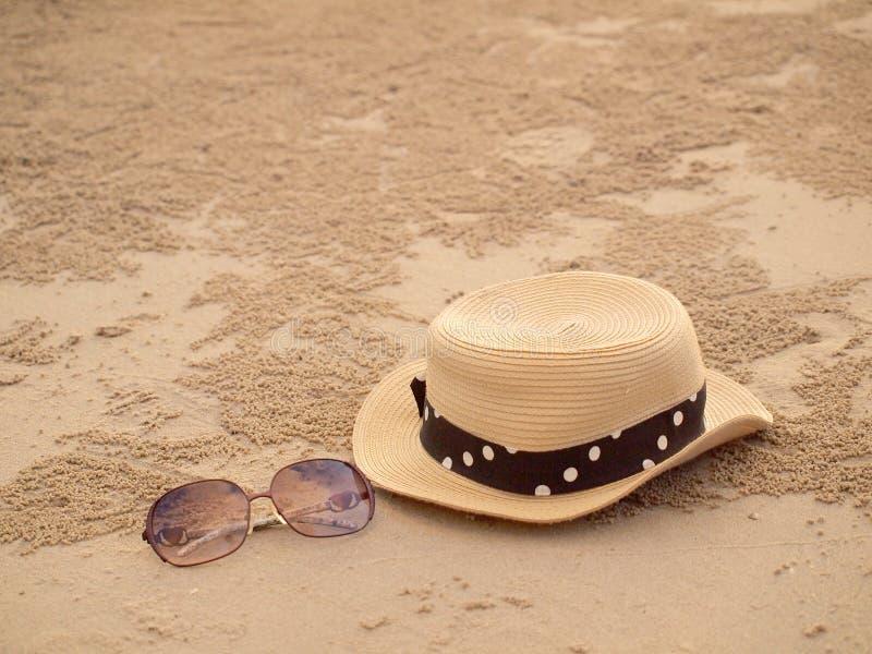 Sombrero de paja y vidrios de sol fotos de archivo libres de regalías