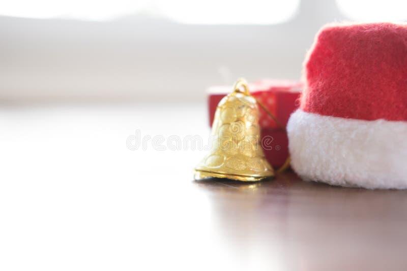 sombrero de Papá Noel, actuales cajas y campana de oro caja de regalo para el xma fotografía de archivo libre de regalías