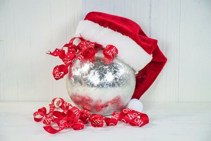 Sombrero de Papá Noel en el ornamento de plata imágenes de archivo libres de regalías