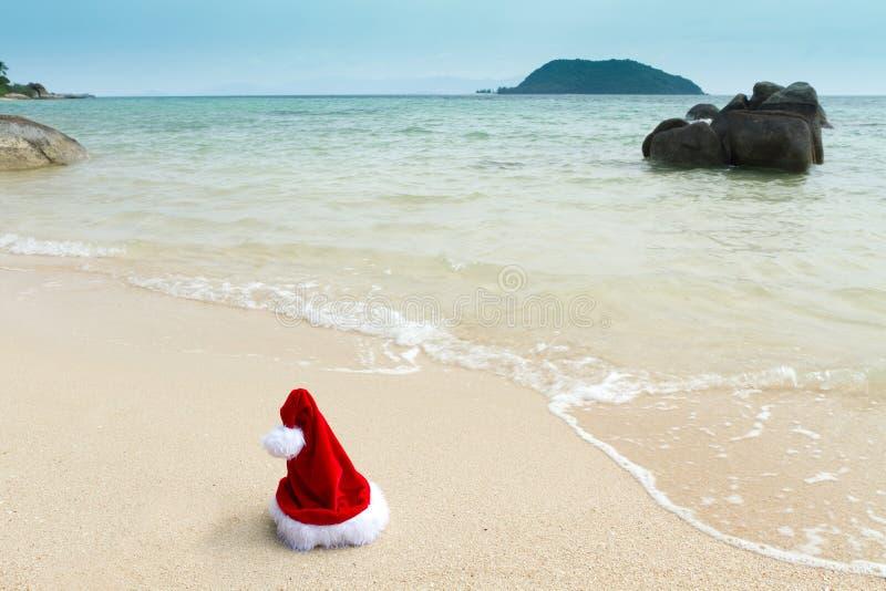 Sombrero de Santa en la playa fotografía de archivo
