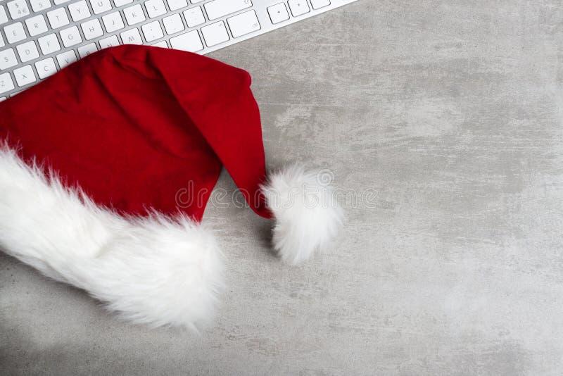 Sombrero de santa y teclado de ordenador rojos foto de archivo