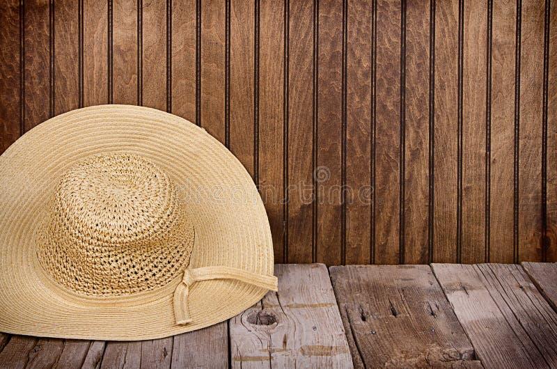 Sombrero de Sun en fondo de madera fotografía de archivo