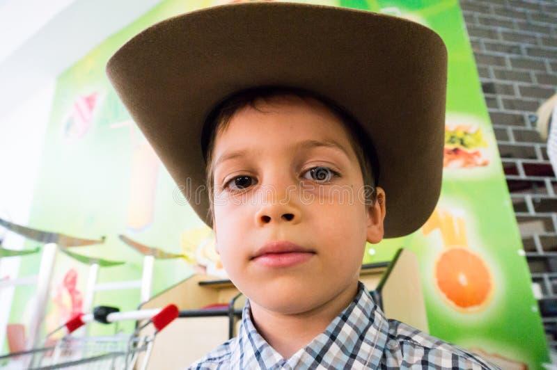Sombrero de vaquero del muchacho que desgasta imágenes de archivo libres de regalías