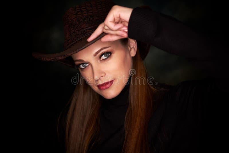 Sombrero de vaquero de la muchacha que lleva bonita imagen de archivo