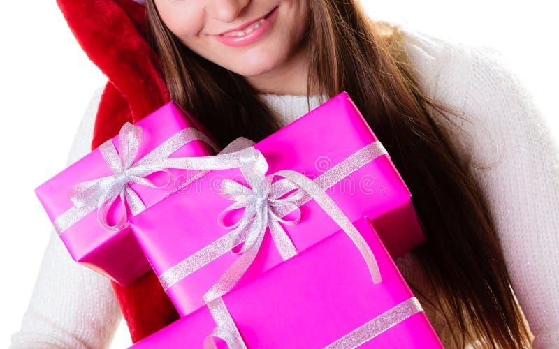 Sombrero del ayudante de santa de la mujer con muchas cajas de regalo rosadas imagenes de archivo