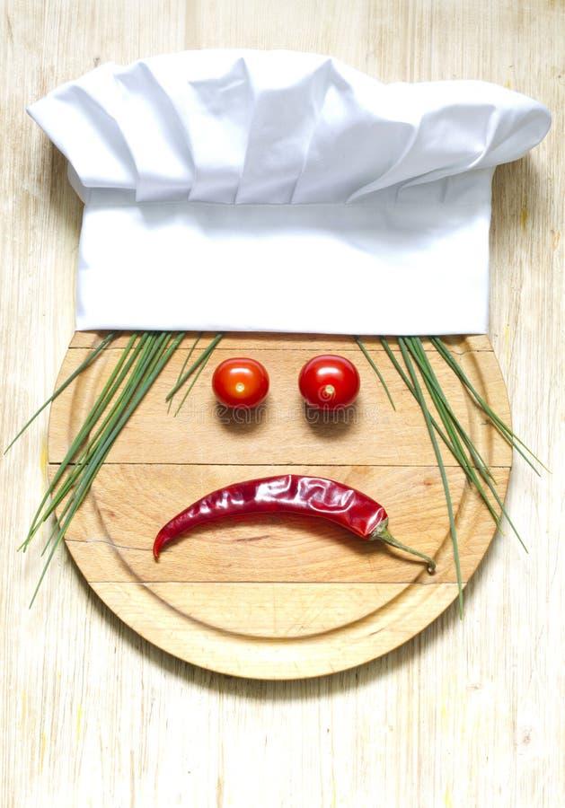 Sombrero del cocinero en concepto de la comida del extracto de la tabla de cortar fotografía de archivo libre de regalías