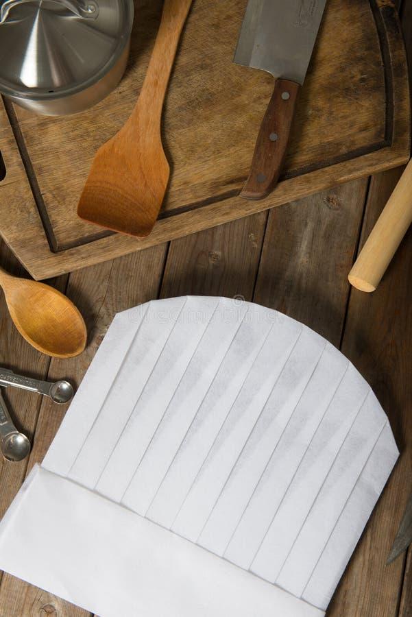 Sombrero del cocinero y cucharas de madera foto de archivo