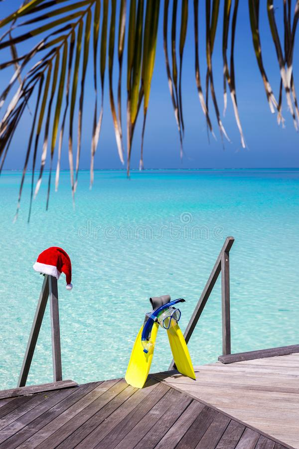 Sombrero del engranaje que bucea y de la Navidad en un embarcadero de madera fotos de archivo libres de regalías