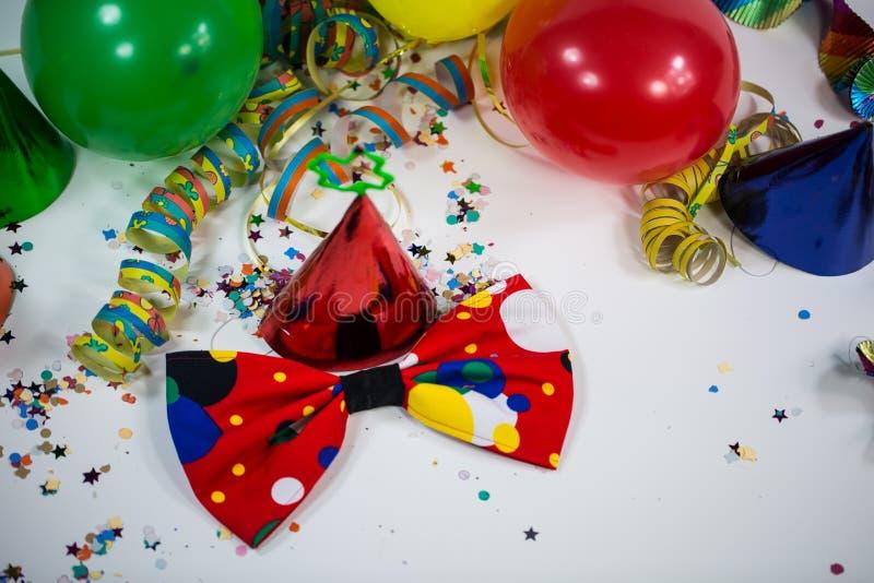 Sombrero del partido con el arco y las flámulas foto de archivo libre de regalías