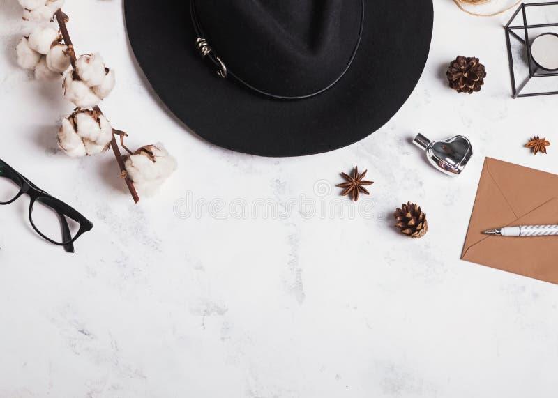 Sombrero del ` s de la mujer, vidrios, rama del algodón y otros pequeños objetos imágenes de archivo libres de regalías