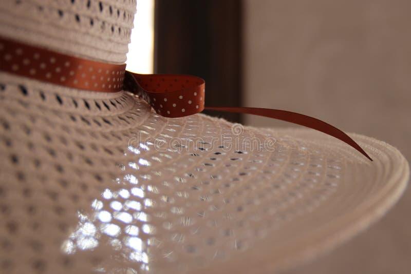 Sombrero del ` s de las mujeres con la cinta en lunares fotos de archivo libres de regalías