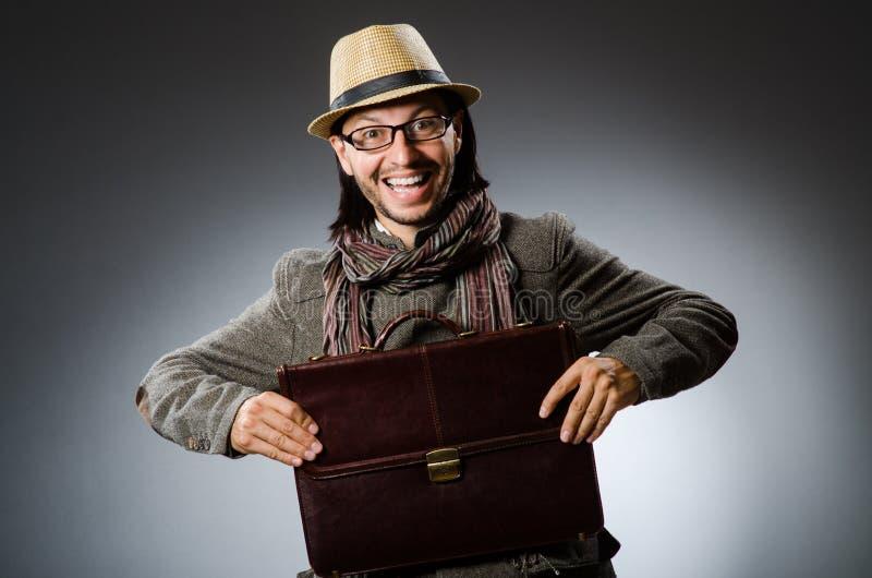 Sombrero del vintage del hombre que lleva en concepto divertido foto de archivo libre de regalías