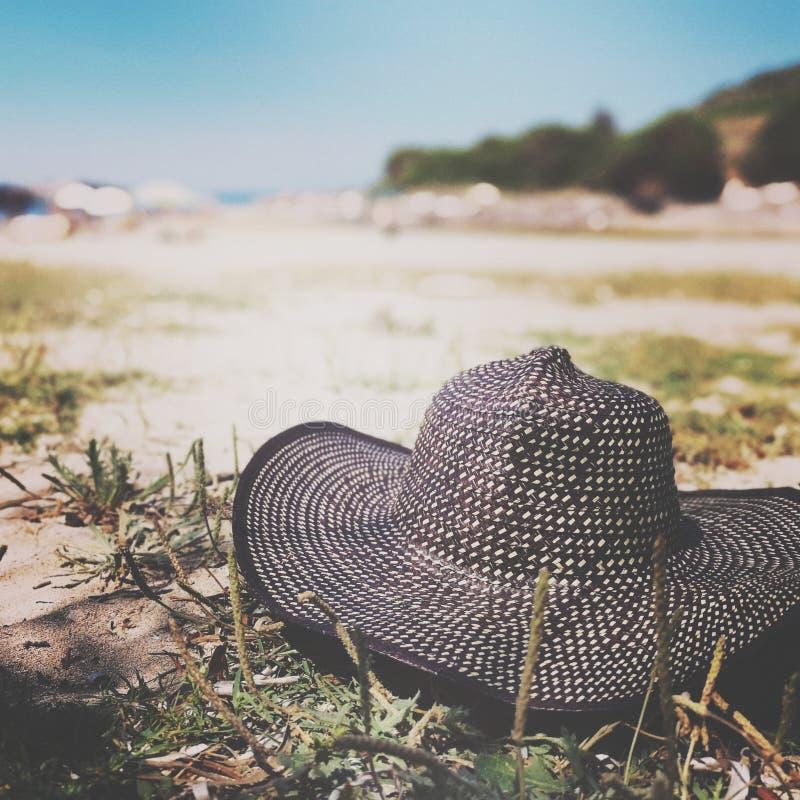 Sombrero en el concepto de las vacaciones de la playa fotografía de archivo