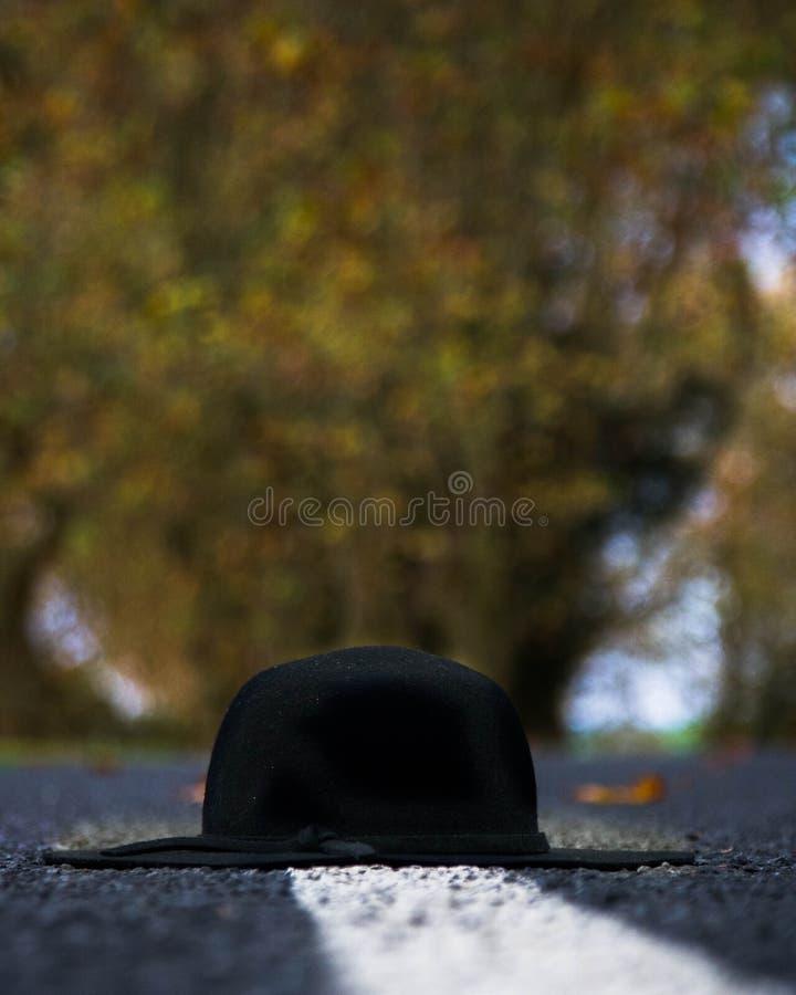 Sombrero en un camino del otoño foto de archivo libre de regalías