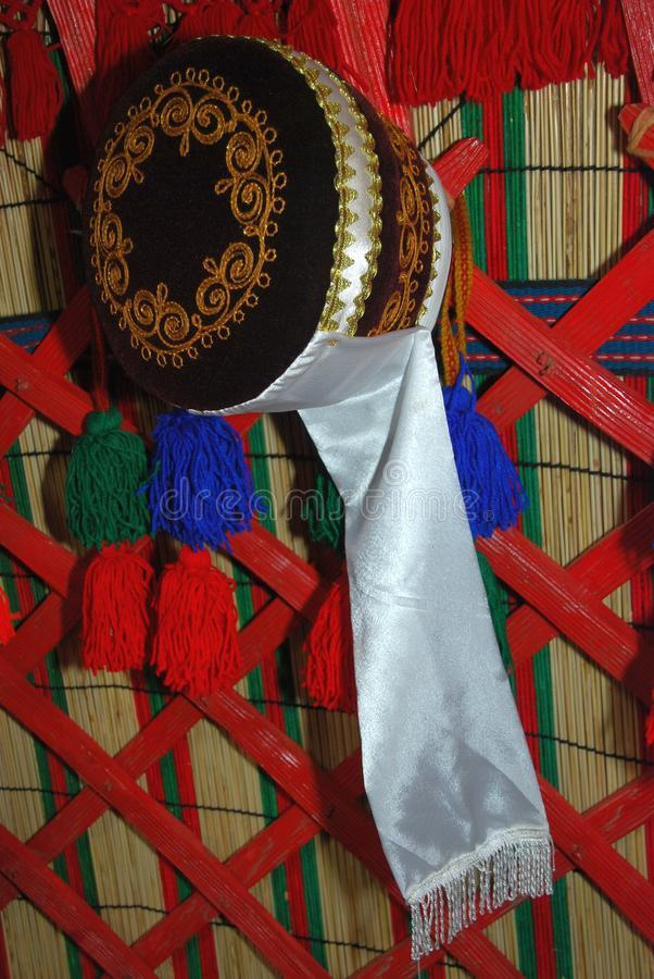 Sombrero festivo en un yurt imagen de archivo