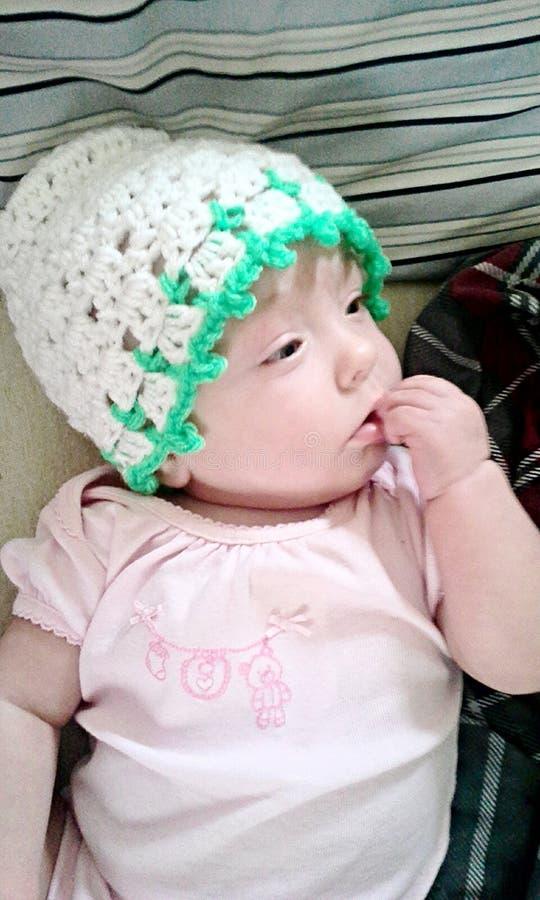 Sombrero hecho a ganchillo del bebé imagenes de archivo