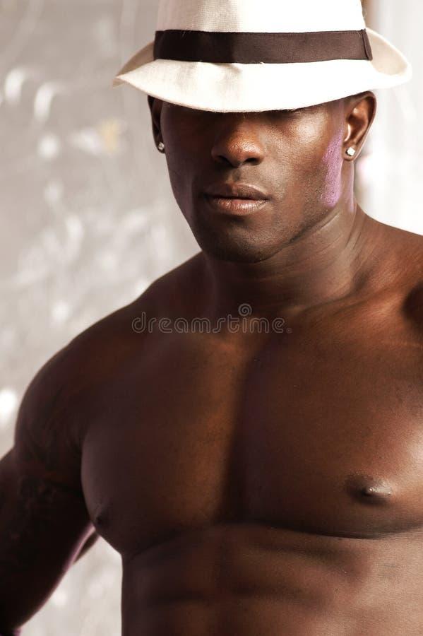 Sombrero masculino negro del retrato imagenes de archivo