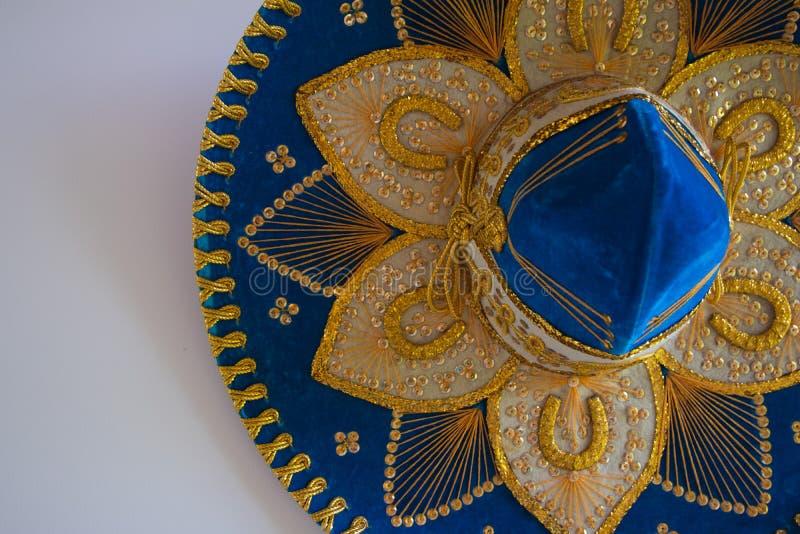 Sombrero messicano blu del velluto, isolato su bianco immagine stock libera da diritti