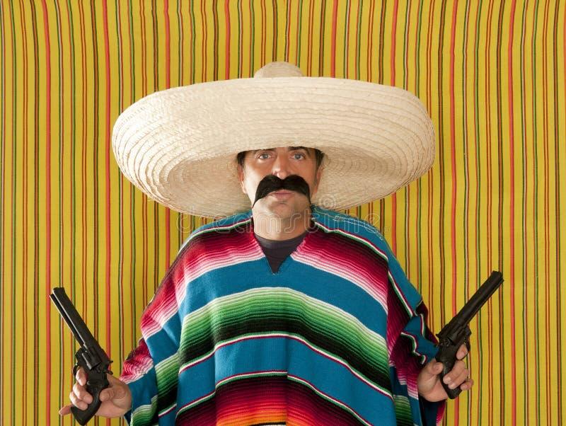 Sombrero mexicain de bandit armé de moustache de revolver de bandit photo libre de droits