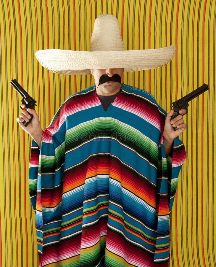 Sombrero mexicano del pistolero del bigote del revólver del bandido fotos de archivo libres de regalías