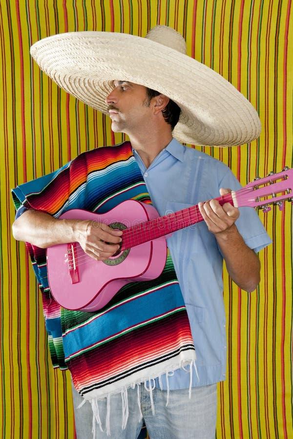 Sombrero mexicano del poncho del serape del hombre que toca la guitarra fotos de archivo libres de regalías