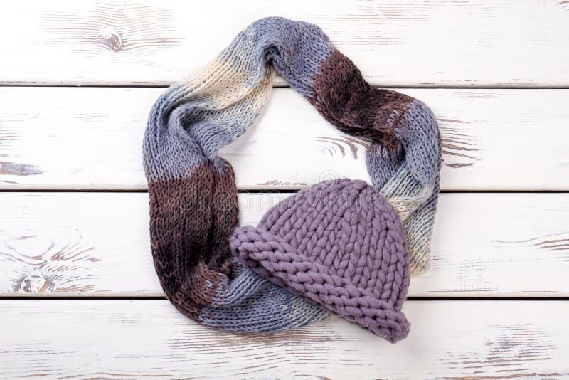 Sombrero púrpura y bufanda de la endecha plana foto de archivo libre de regalías