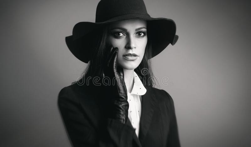 Sombrero que desgasta de la mujer bonita fotografía de archivo libre de regalías