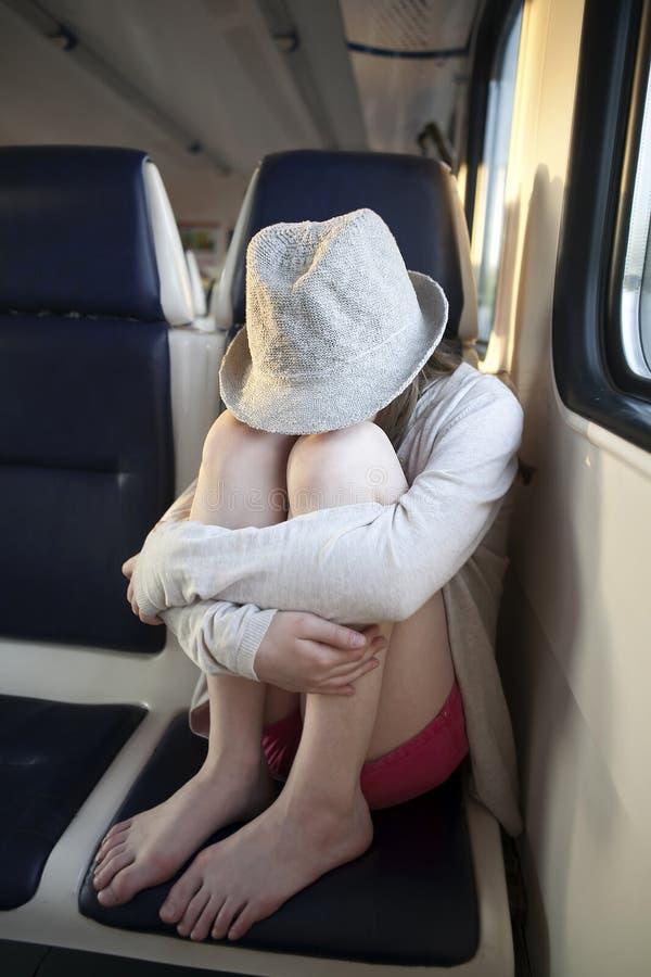 Sombrero que lleva de la muchacha del adolescente imagen de archivo
