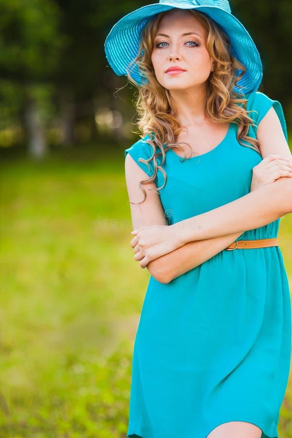 Sombrero que lleva de la mujer rubia foto de archivo