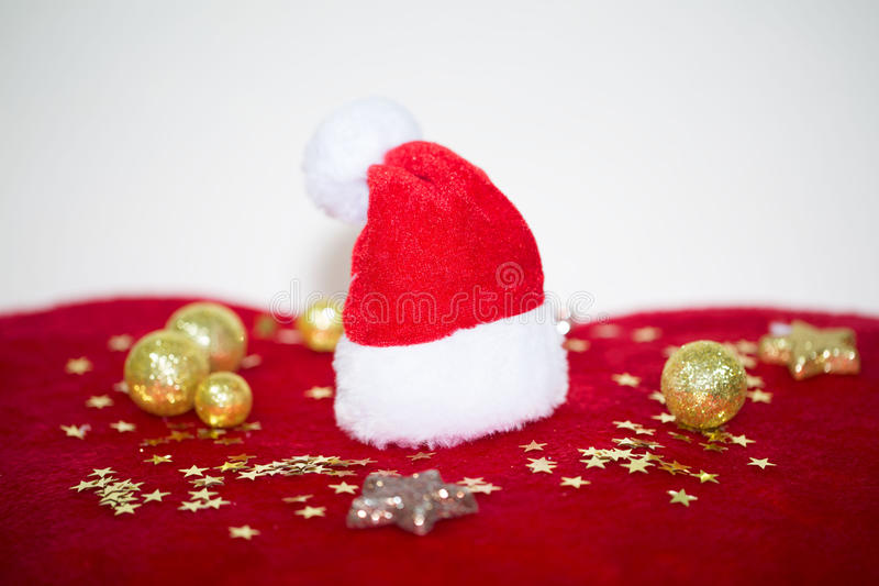 Sombrero rojo de Santa Claus en corazón rojo imagen de archivo libre de regalías