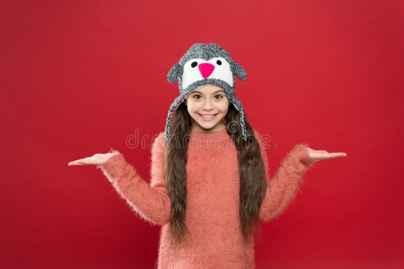 Sombrero tierno y elegante para niños niña feliz con sombrero de barro niño pequeño listo para el invierno estacional imagen de archivo