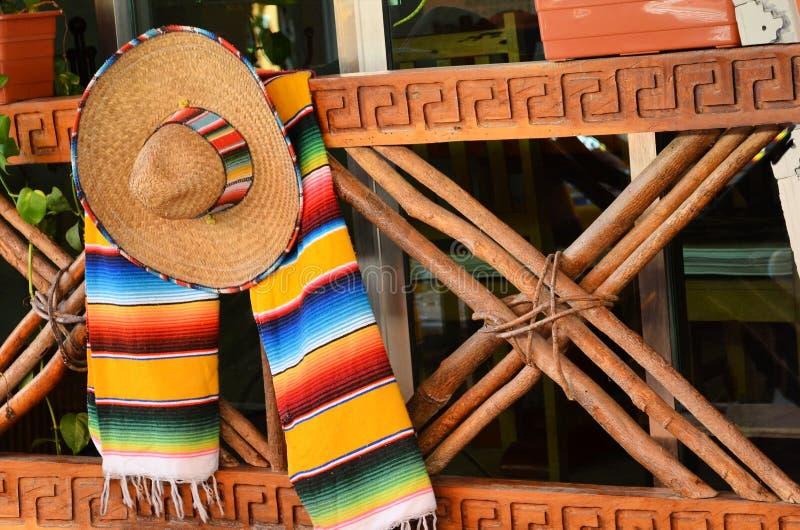 Sombrero und Poncho lizenzfreie stockfotos