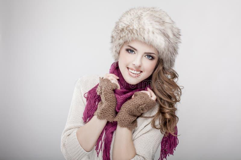 Sombrero y bufanda de piel de la mujer que llevan hermosa joven fotos de archivo libres de regalías