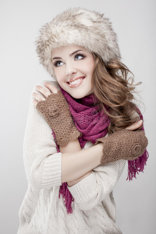Sombrero y bufanda de piel de la mujer que llevan hermosa joven foto de archivo libre de regalías