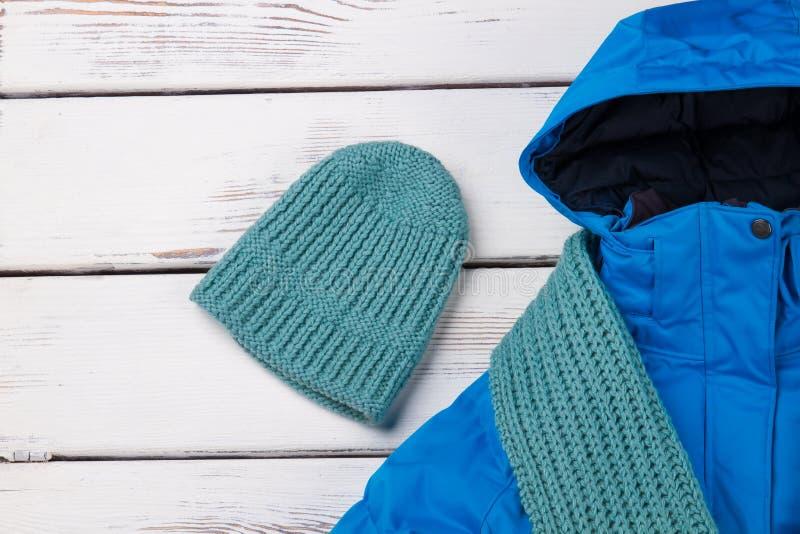 Sombrero y bufanda hechos punto hechos a mano imagen de archivo