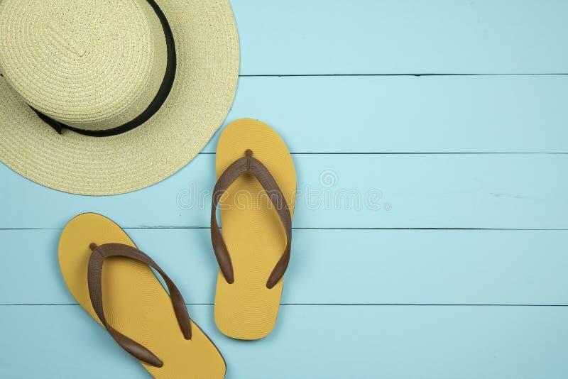 Sombrero y chancletas de paja en fondo de madera verde claro fotografía de archivo libre de regalías