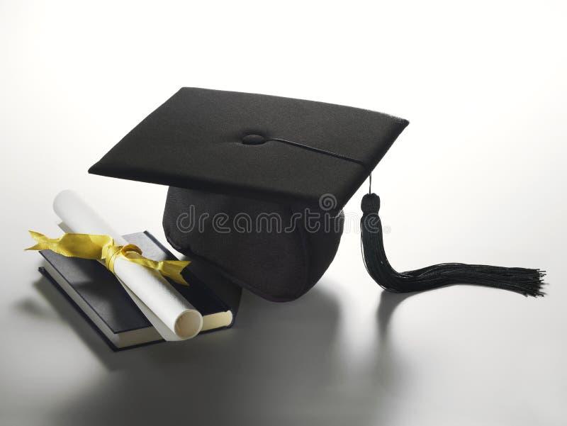 Sombrero y diploma de la graduación imagen de archivo libre de regalías