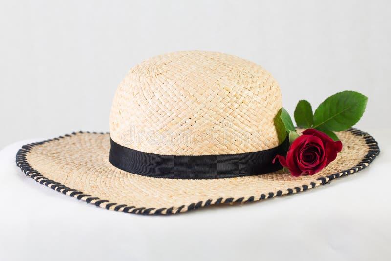 Sombrero y flores imagen de archivo libre de regalías