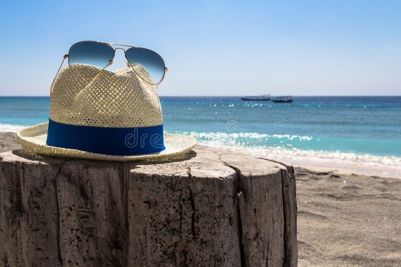 Sombrero y gafas de sol fotos de archivo libres de regalías