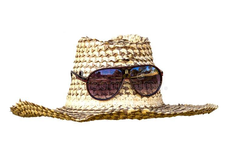 Sombrero y gafas de sol aislados en un fondo blanco foto de archivo