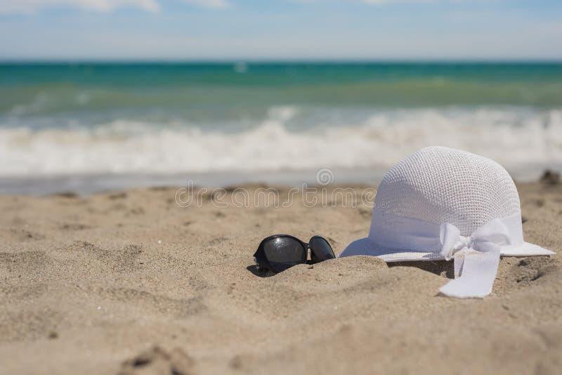 Download Sombrero Y Gafas De Sol De Mimbre En La Playa Foto de archivo - Imagen de playa, recorrido: 42427790