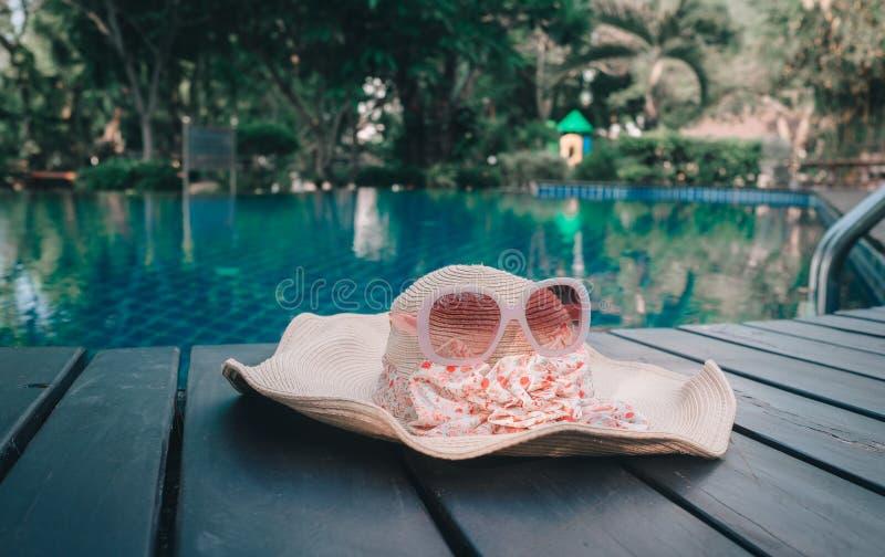 Sombrero y gafas de sol en la piscina Concepto de las vacaciones de verano fotografía de archivo