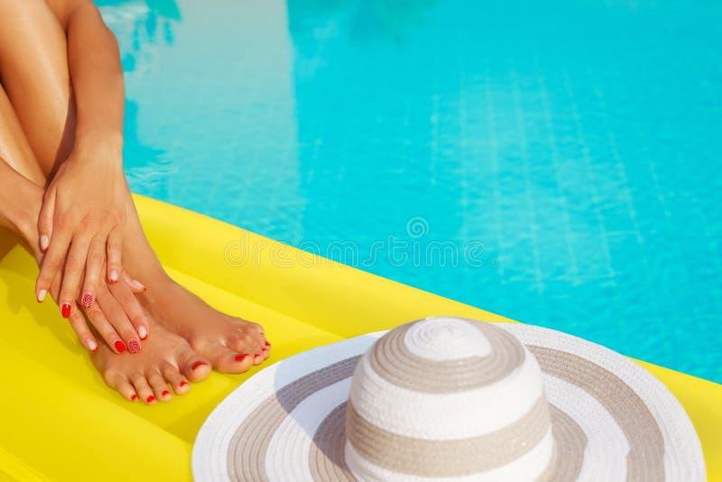 Sombrero y matress inflables Las piernas y las manos se cierran para arriba Gel creativo fotografía de archivo libre de regalías