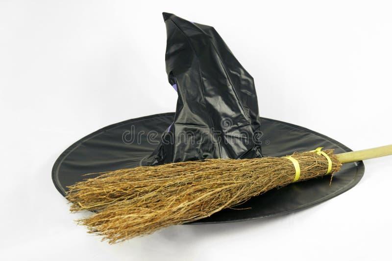 Sombrero y palo de escoba de Víspera de Todos los Santos imágenes de archivo libres de regalías