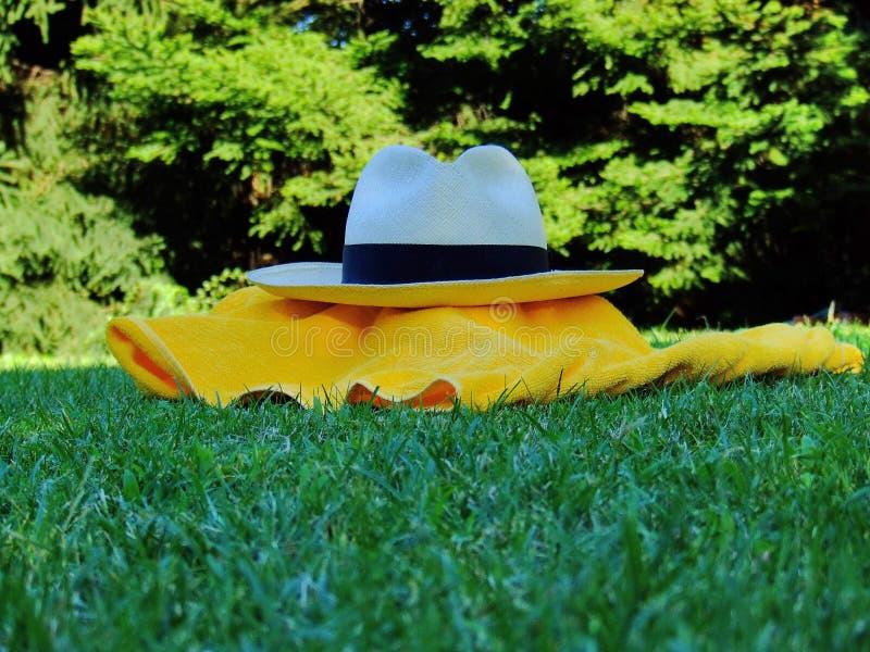 Sombrero y toalla fotografía de archivo libre de regalías
