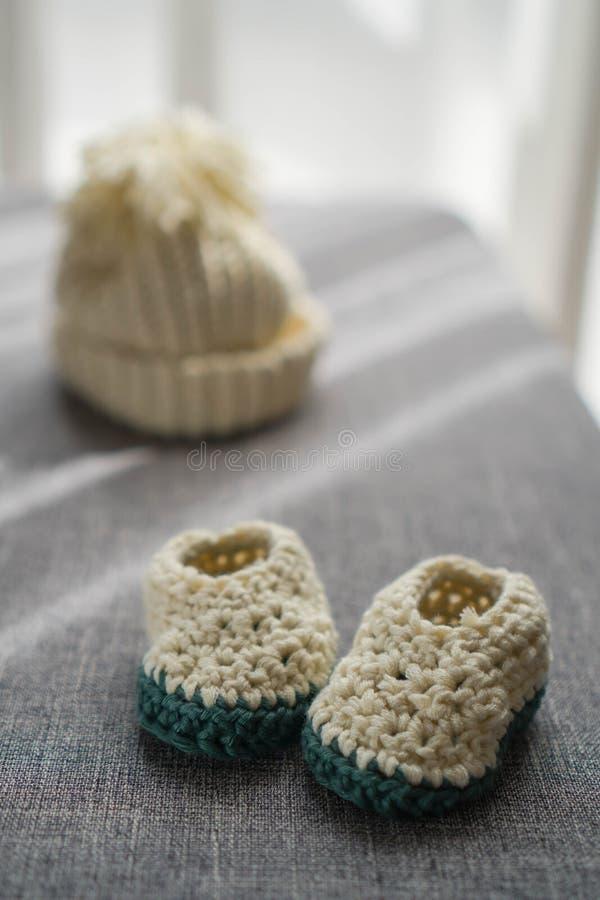 Sombrero y zapatos reci?n nacidos hechos punto del beb? imágenes de archivo libres de regalías