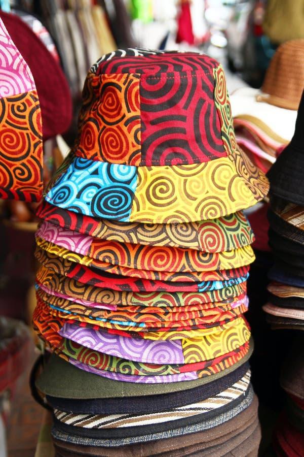 Sombreros coloridos del verano en un mercado callejero foto de archivo