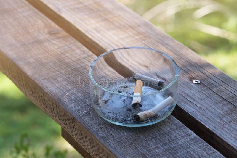 Sombreros de cigarrillo en el cenicero imágenes de archivo libres de regalías
